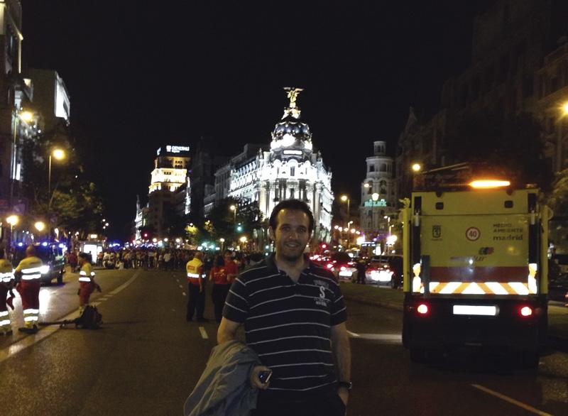 David Carrero en Gran vía con Metropolis de fondo (Madrid)