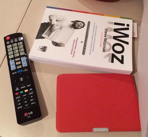 libro iwoz, mi kindle y el mando de la Tele