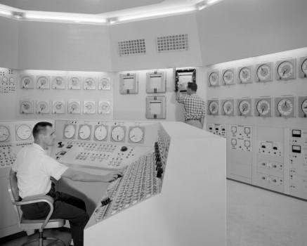 Bill Fecych y Don Johnson en la sala de control de un reactor en 1959.